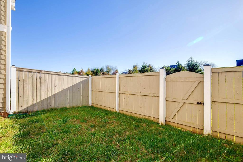 Spacious backyard and well maintained fencing - 44021 VAIRA TER, CHANTILLY