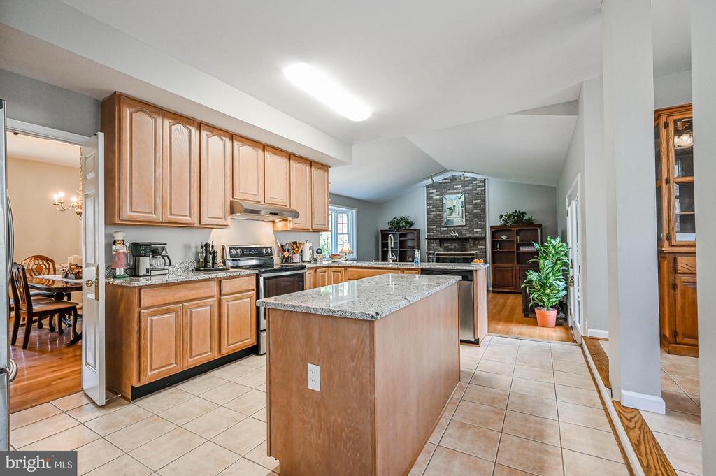Kitchen w/ Granite Counters - 5040 CANNON BLUFF DR, WOODBRIDGE