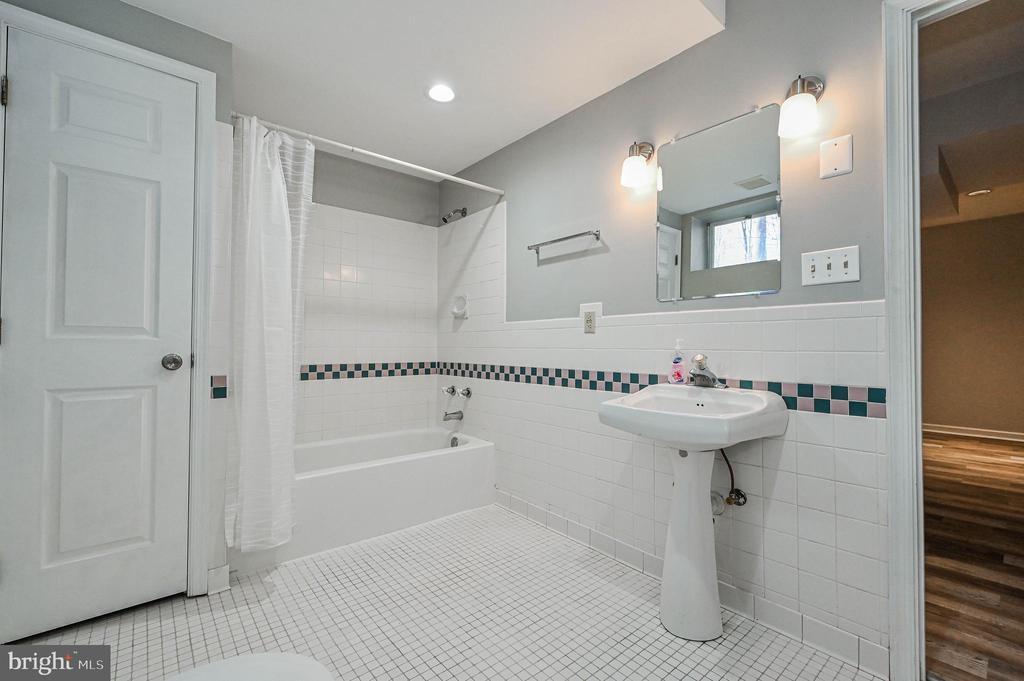 Lower Level Full Bath - 5040 CANNON BLUFF DR, WOODBRIDGE