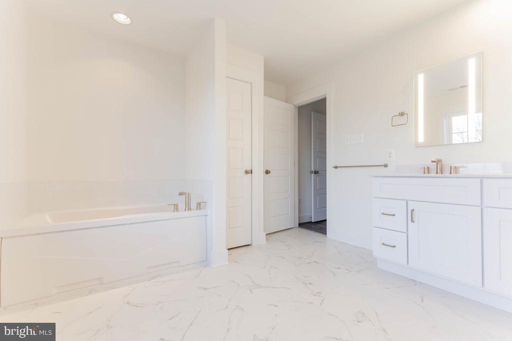 Primary bathroom w tub, luxury shower, 2 vanities - 6746 ACCIPITER (LOT 192) DR, NEW MARKET