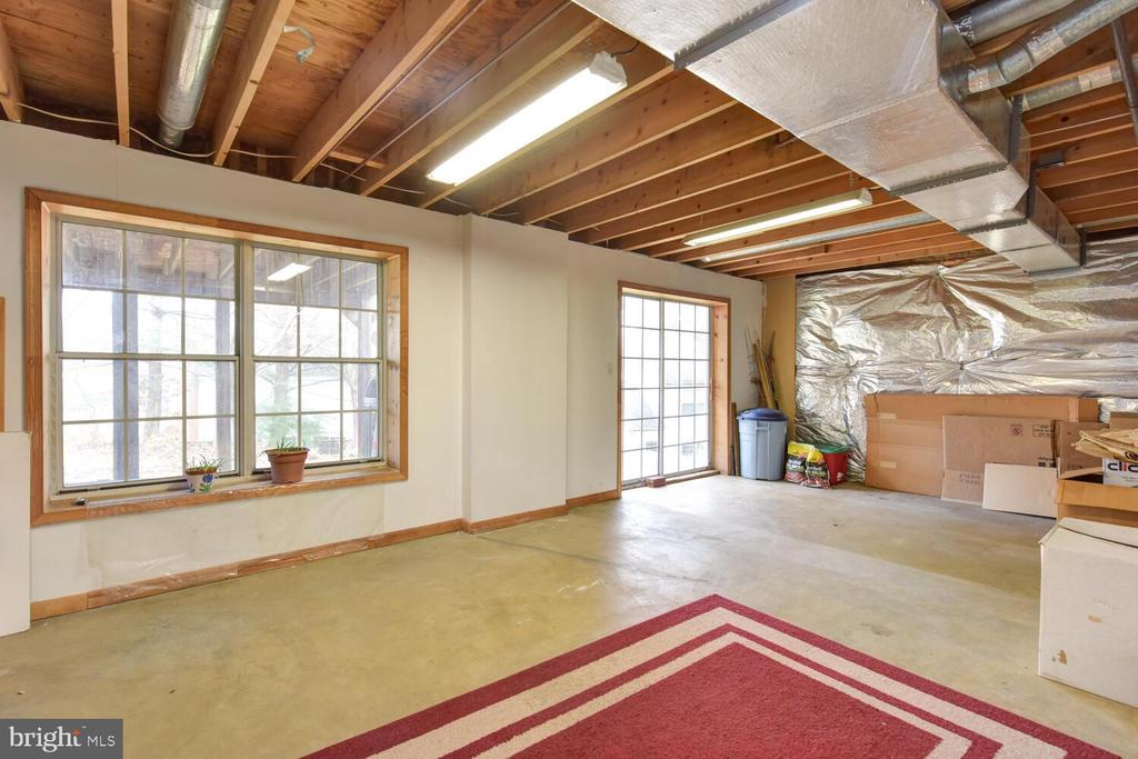 Walk out basement with full windows, - 1334 CASSIA ST, HERNDON