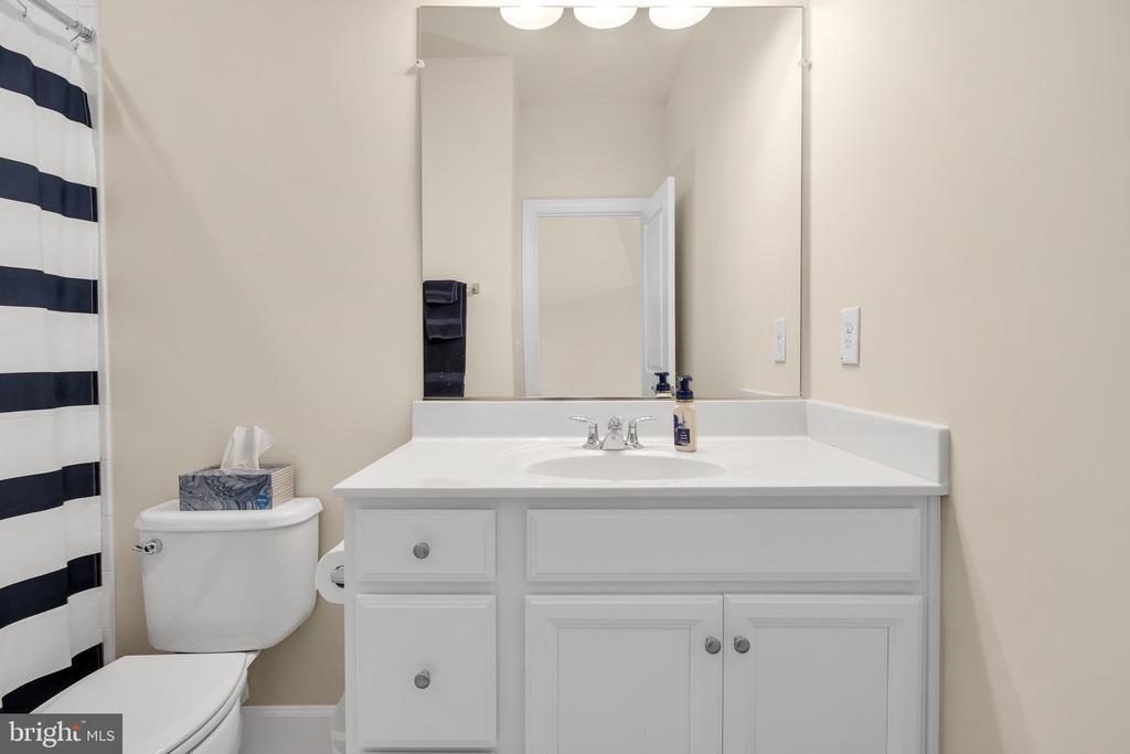 Hall Bath - 45362 DAVENO SQ, STERLING