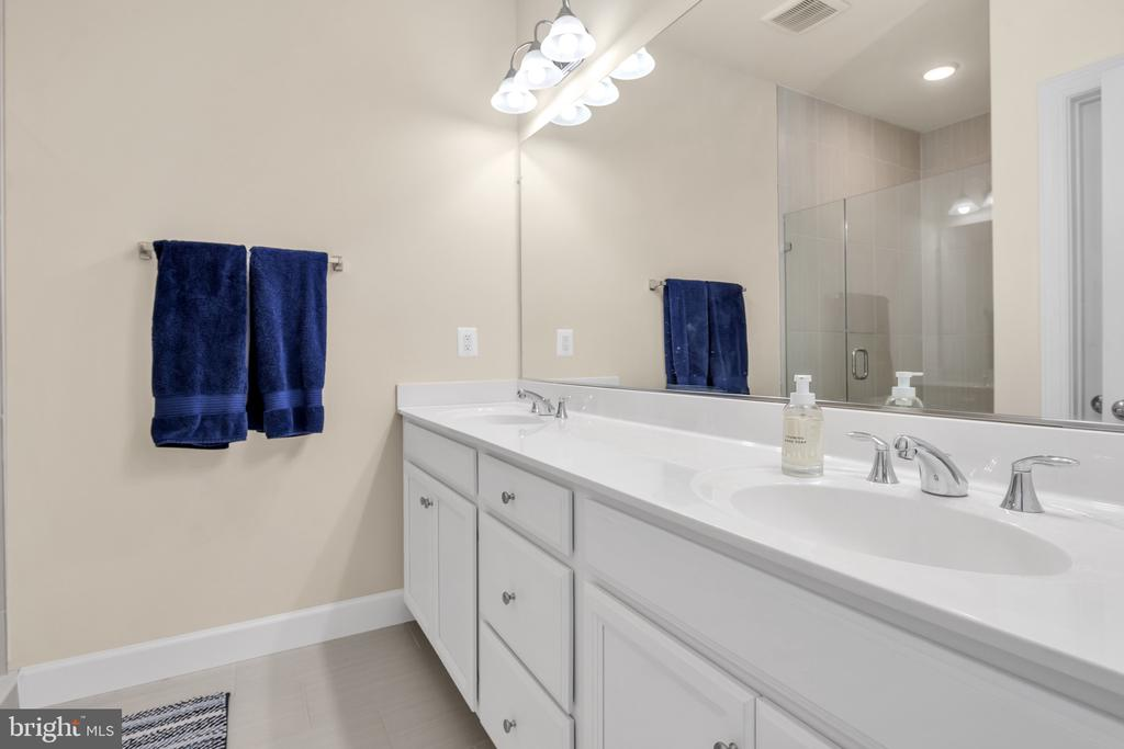Master Bath/Dual Vanities - 45362 DAVENO SQ, STERLING