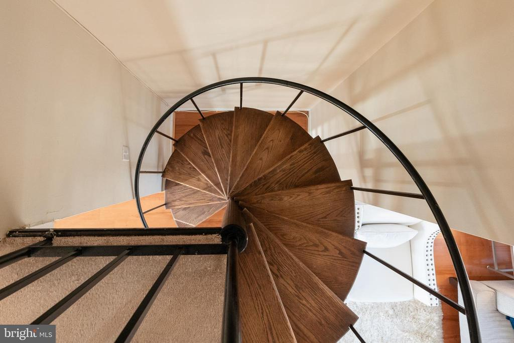 Spiral staircase - 2968 S COLUMBUS ST #C2, ARLINGTON