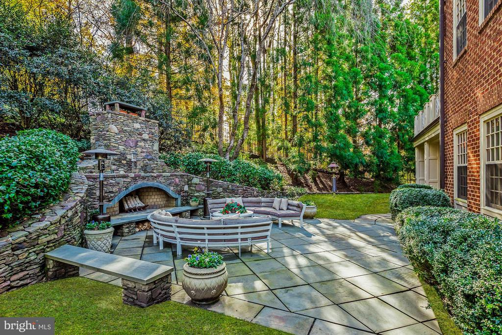 Secluded Fire Pit - 6827 SORREL ST, MCLEAN