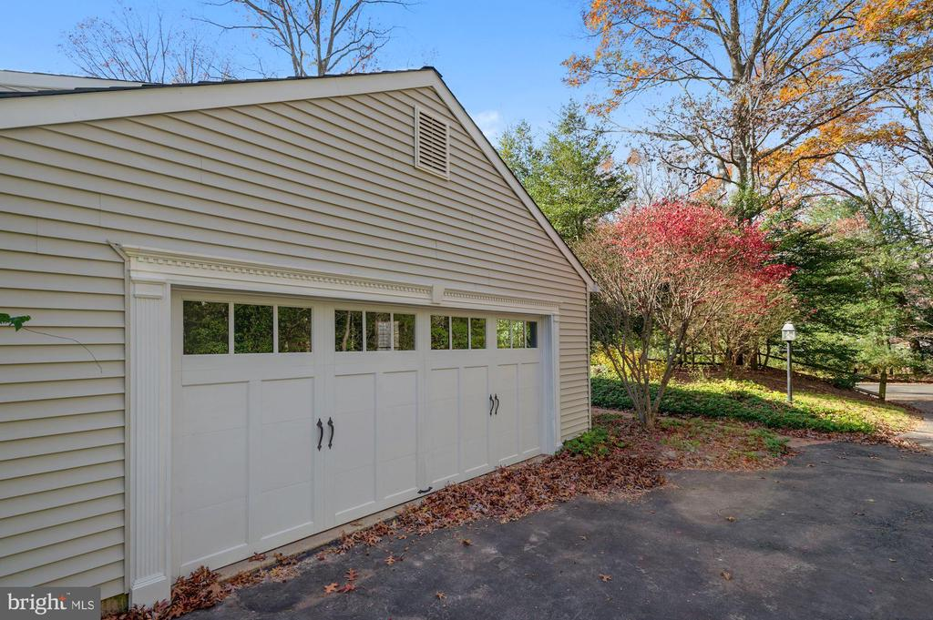 oversized garage - 2605 SOAPSTONE DR, RESTON