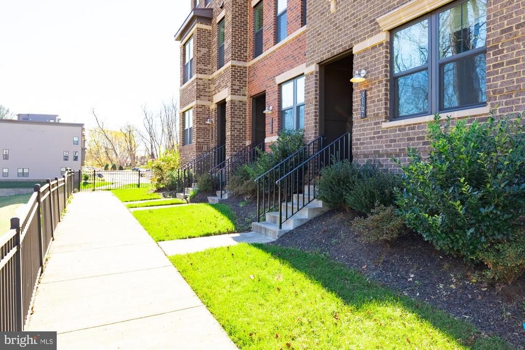Walkway with ample guest parking at both ends - 3167 VIRGINIA BLUEBELL CT, FAIRFAX