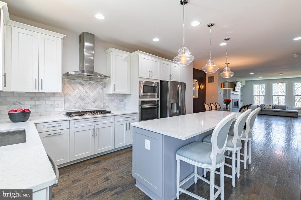 Glamorous kitchen with stunning marble and quartz - 3167 VIRGINIA BLUEBELL CT, FAIRFAX