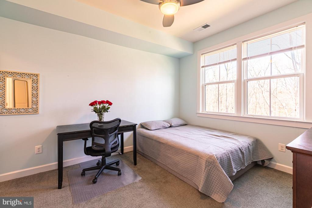 Bedroom #4 & FB tucked away on the entrance level - 3167 VIRGINIA BLUEBELL CT, FAIRFAX