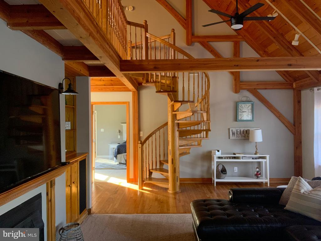 Spiral Staircase - 6406 CARTER LN, MINERAL