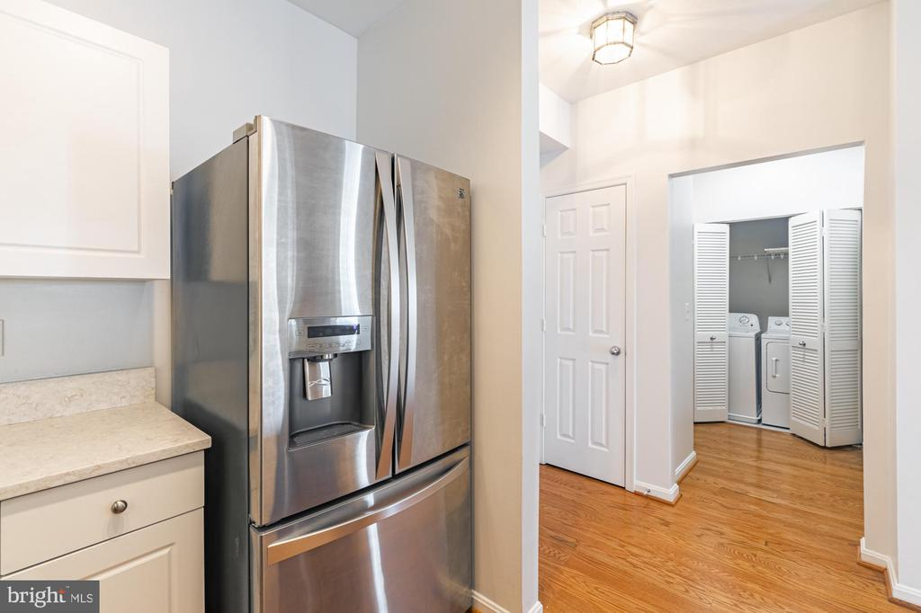 SS fridge with ice/water dispenser, foyer, laundry - 11326 ARISTOTLE DR #4-303, FAIRFAX