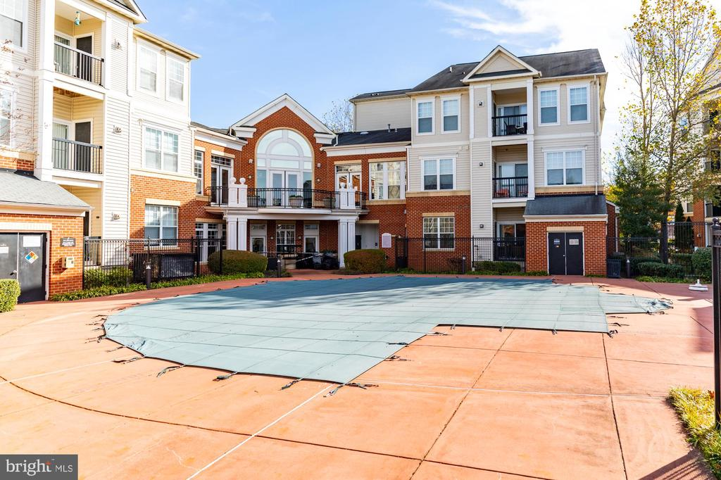 Plenty of space for lounge chairs at swimming pool - 11326 ARISTOTLE DR #4-303, FAIRFAX
