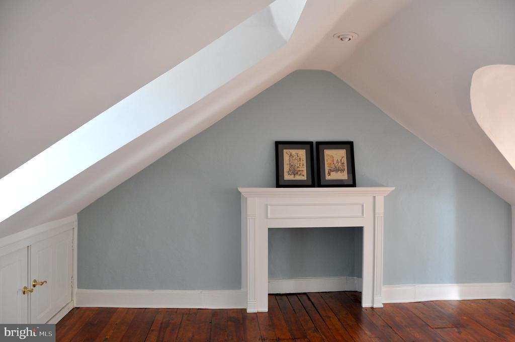 third floor bedroom w decorative fireplace - 4343 39TH ST NW, WASHINGTON