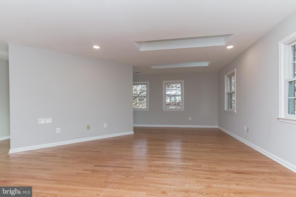 Unique master bedroom with 3 skylights - 31 N OAKLAND ST, ARLINGTON