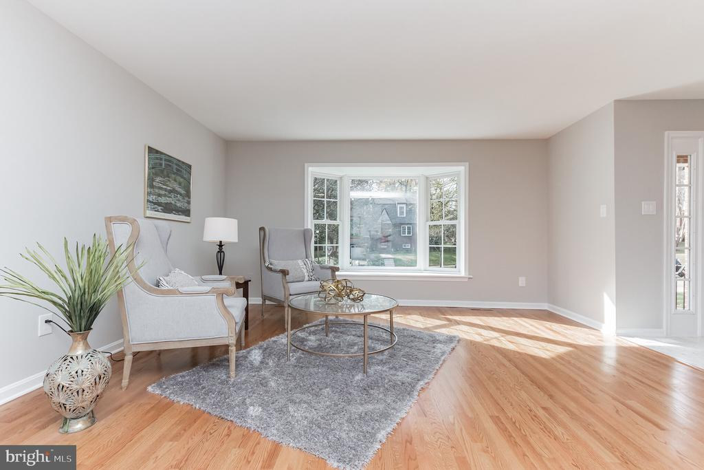 Spacious and sunny living room - 31 N OAKLAND ST, ARLINGTON