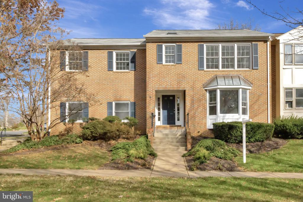 Spacious townhouse with 2 car garage - 31 N OAKLAND ST, ARLINGTON