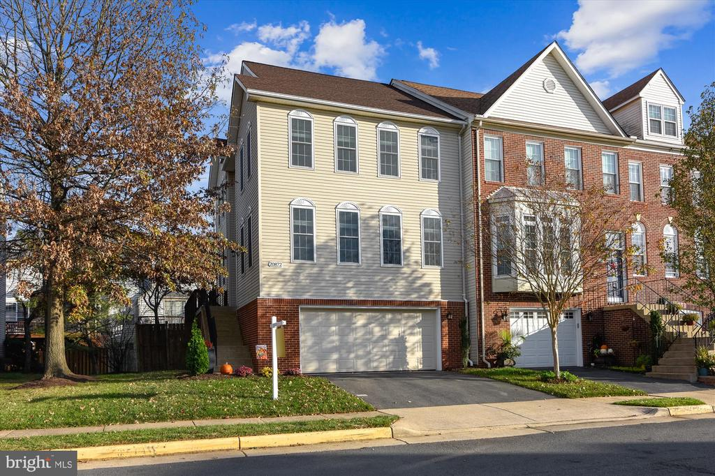 Beautiful corner townhome - 20872 DERRYDALE SQ, STERLING