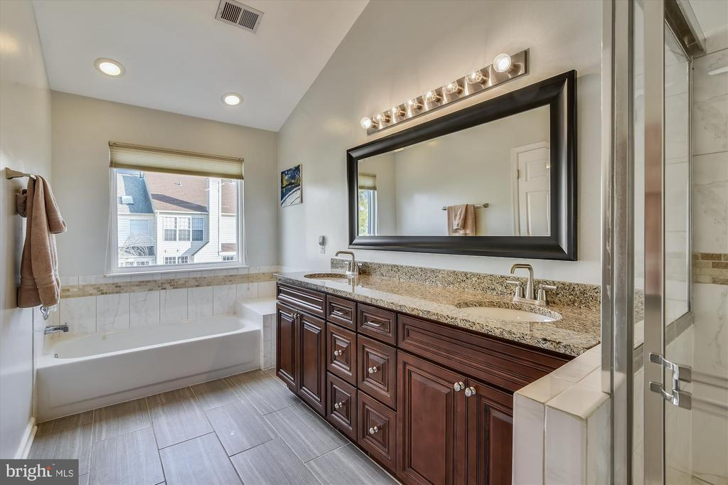 Master bath with double sink - 20872 DERRYDALE SQ, STERLING