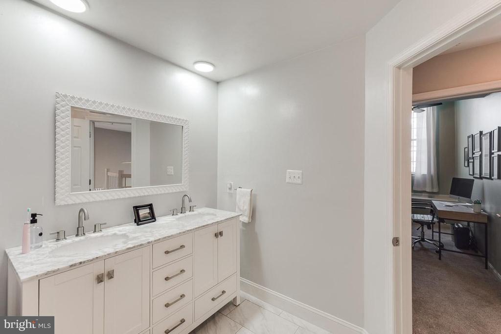 Double vanity in second bathroom - 6922 ELLINGHAM CIR #122, ALEXANDRIA