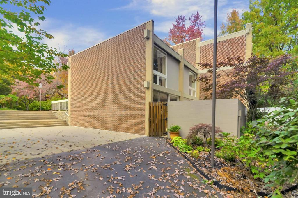 Adjacent courtyard, garden, trail to gate - 11503 MAPLE RIDGE RD, RESTON