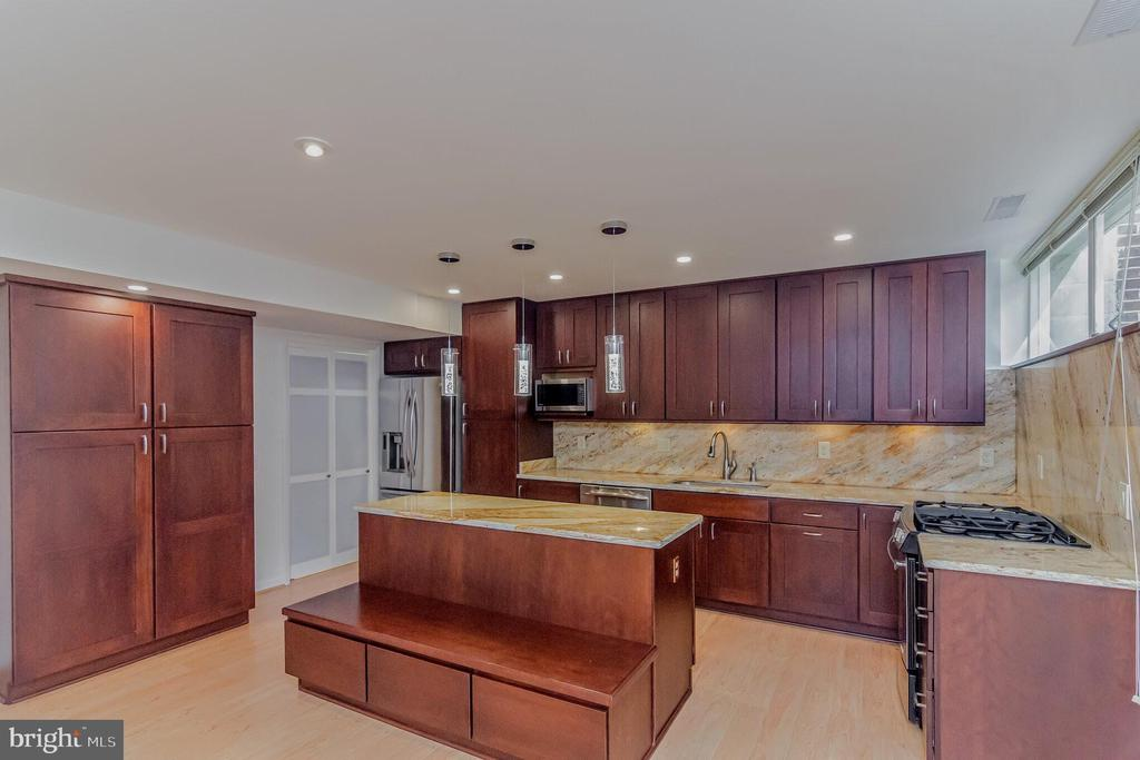 Large kitchen  with island and pantry - 11503 MAPLE RIDGE RD, RESTON