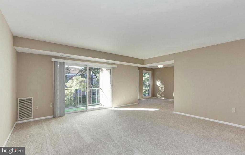 Spacious living room and separate dining room - 816 QUINCE ORCHARD BLVD #102, GAITHERSBURG