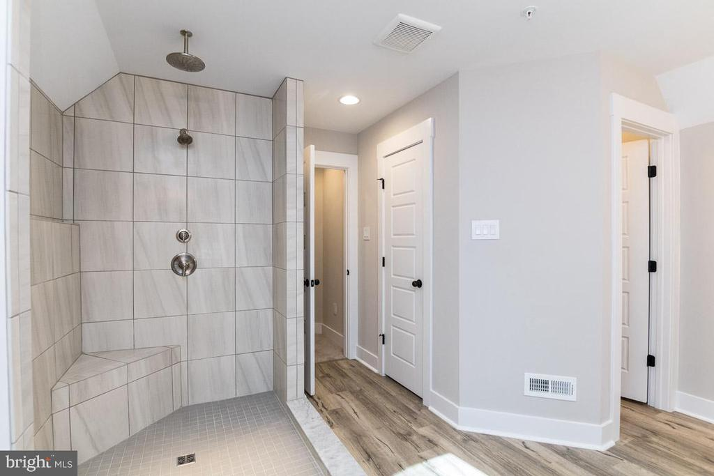 Large, luxurious shower. - 6789 ACCIPITER DR, NEW MARKET