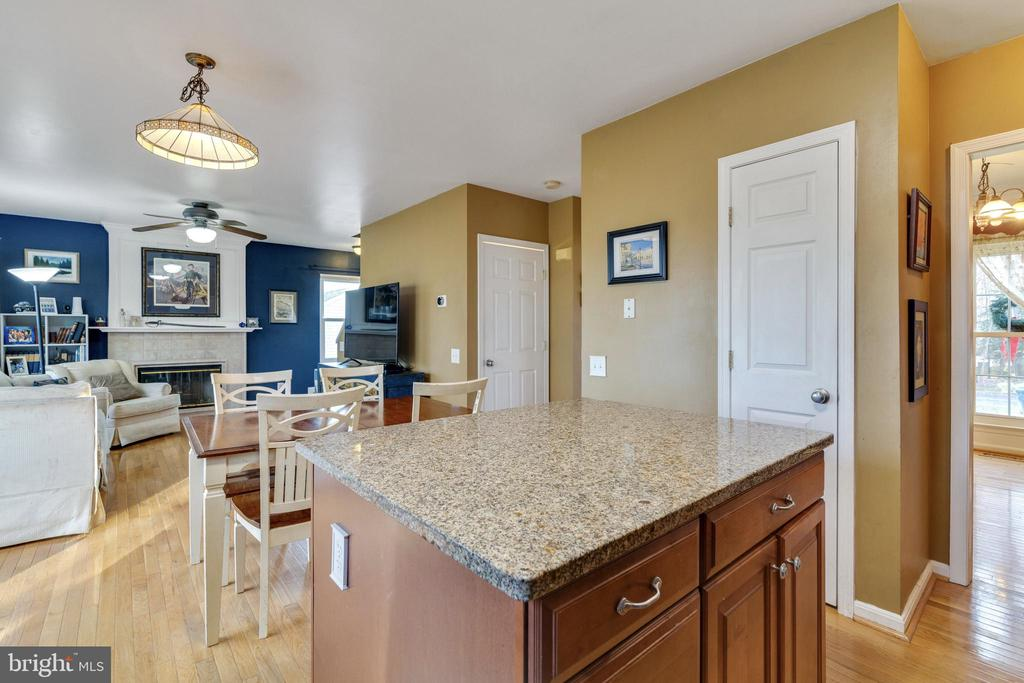 Kitchen Island - 14859 BUTTONWOOD CT, WOODBRIDGE