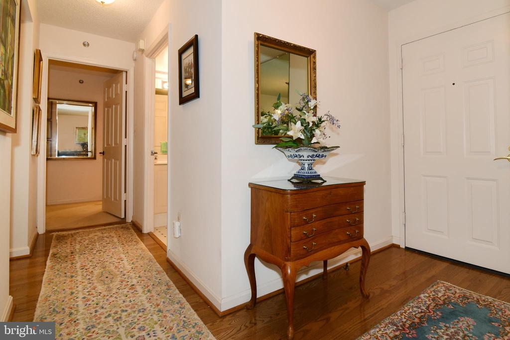 Foyer entry and hallway to bedrooms/baths. - 19385 CYPRESS RIDGE TER #817, LEESBURG