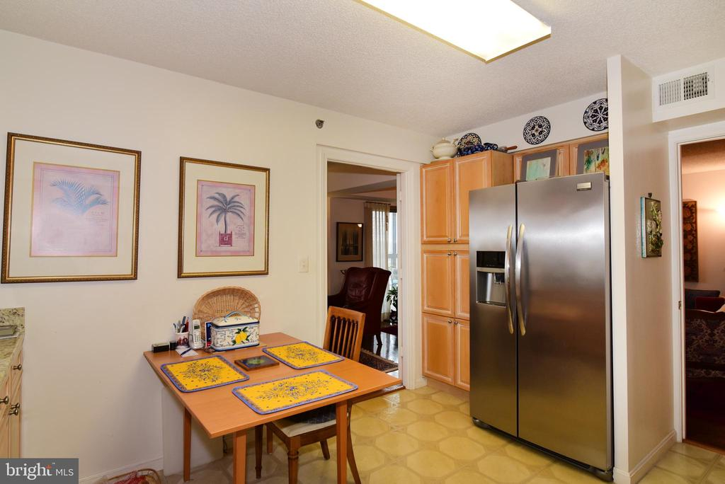 More cabinetry and NEW frig! Eat-in space! - 19385 CYPRESS RIDGE TER #817, LEESBURG