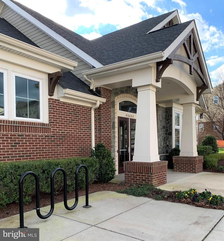 Entrance to community center and pool - 43374 TOWN GATE SQ, CHANTILLY