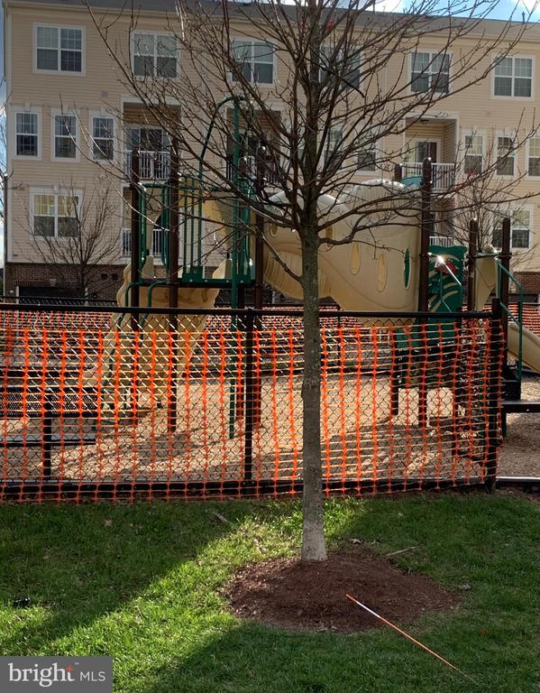 Tot lot with plenty of play equipment - 43374 TOWN GATE SQ, CHANTILLY