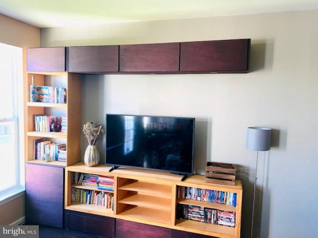 Main level living room custom built-in bookcases - 43374 TOWN GATE SQ, CHANTILLY