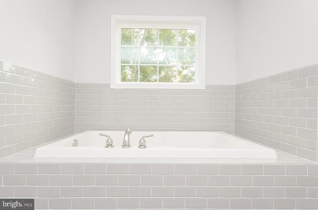 Soaking tub - 986 LOWER CLUBHOUSE DR, HARPERS FERRY