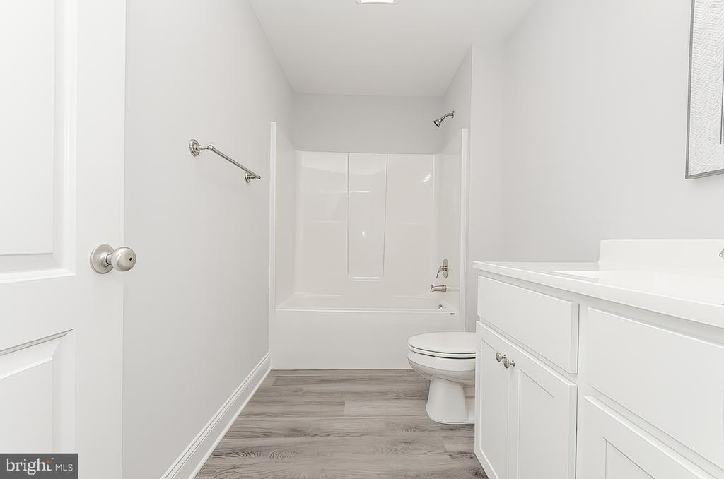 Tub/shower combo - 986 LOWER CLUBHOUSE DR, HARPERS FERRY