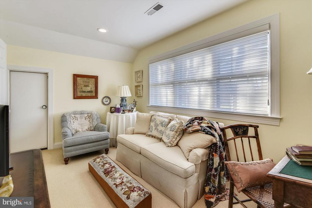 Guest house sitting room - 22956 CARTERS FARM LN, MIDDLEBURG