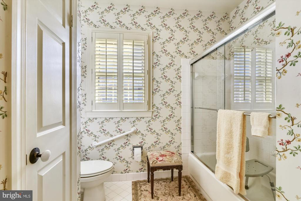 Guest house primary bathroom - 22956 CARTERS FARM LN, MIDDLEBURG