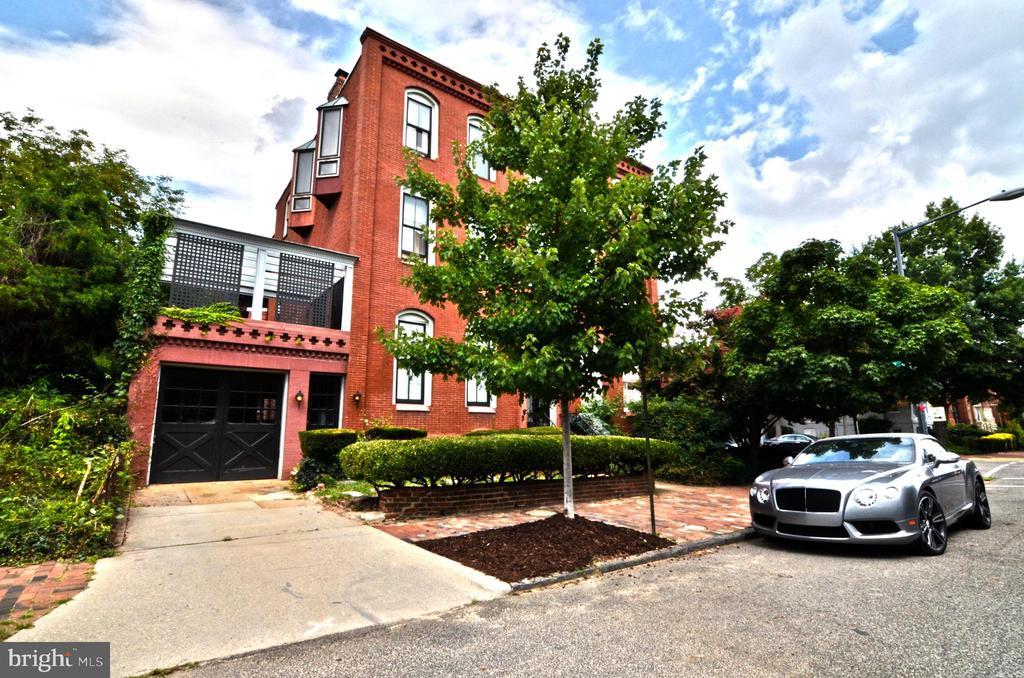 Front showing garage and upper outside deck - 330 A ST SE, WASHINGTON