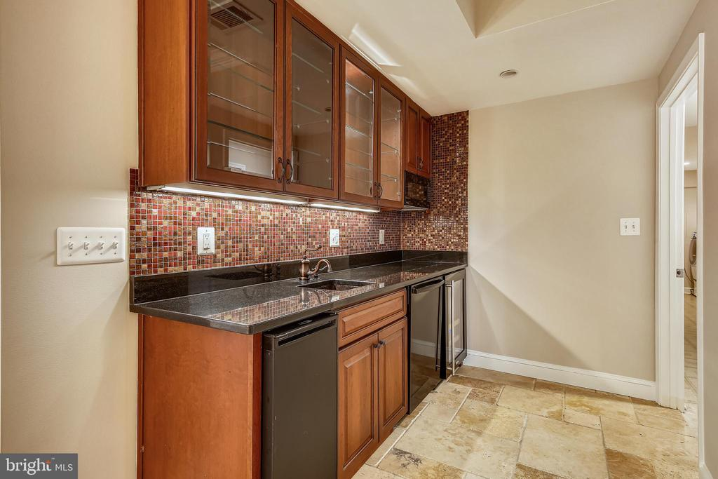 Lower Level Wet bar - 2819 RUSSELL RD, ALEXANDRIA
