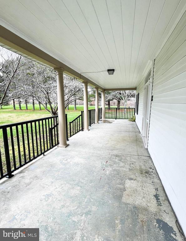 Large porch facing expansive front yard - 7708 BROOKLYN BRIDGE RD, LAUREL