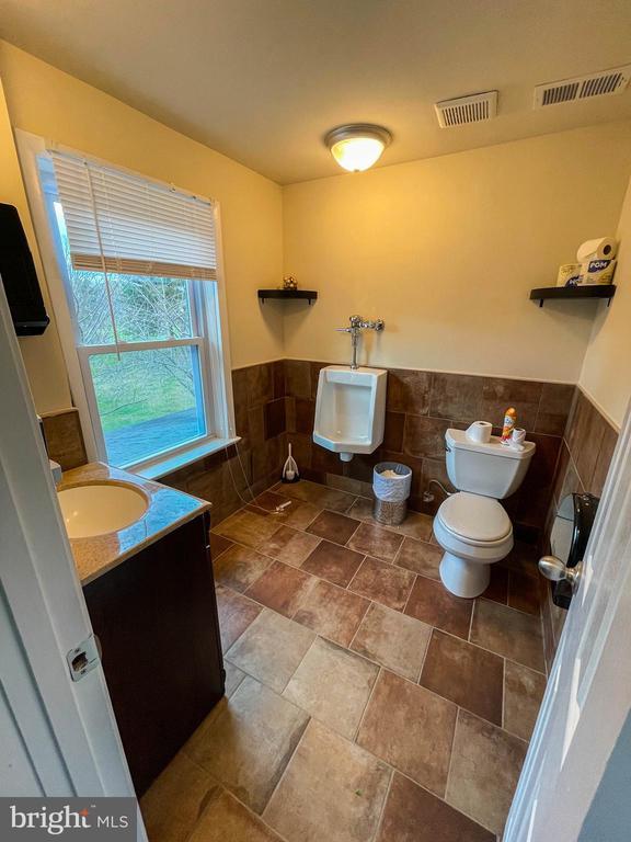 Upstairs bathroom #1 - 7708 BROOKLYN BRIDGE RD, LAUREL