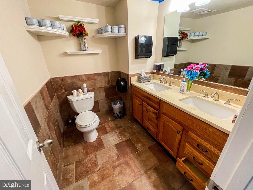 Upstairs bathroom #2 - 7708 BROOKLYN BRIDGE RD, LAUREL