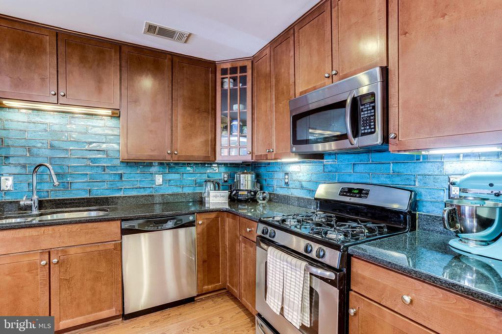 Stainless Appliances - 4133 S FOUR MILE RUN DR #D, ARLINGTON