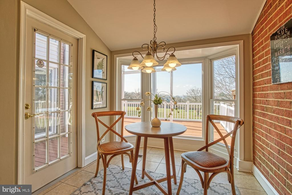 Delightful Breakfast Nook for Birdwatching! - 18914 SHELBURNE GLEBE RD, LEESBURG