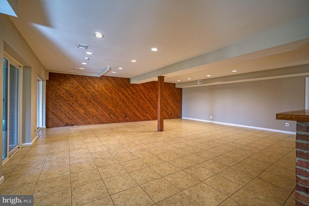 Look at this Cool Shiplap Wall! - 18914 SHELBURNE GLEBE RD, LEESBURG