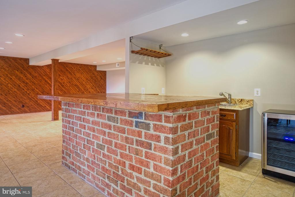 Wonderful Bar Area with Wine Fridge - 18914 SHELBURNE GLEBE RD, LEESBURG