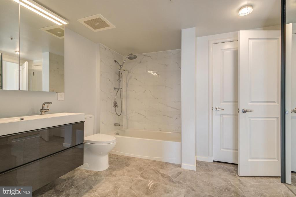 2nd Spa Bath with Soaking tub - 1021 N GARFIELD ST #828, ARLINGTON