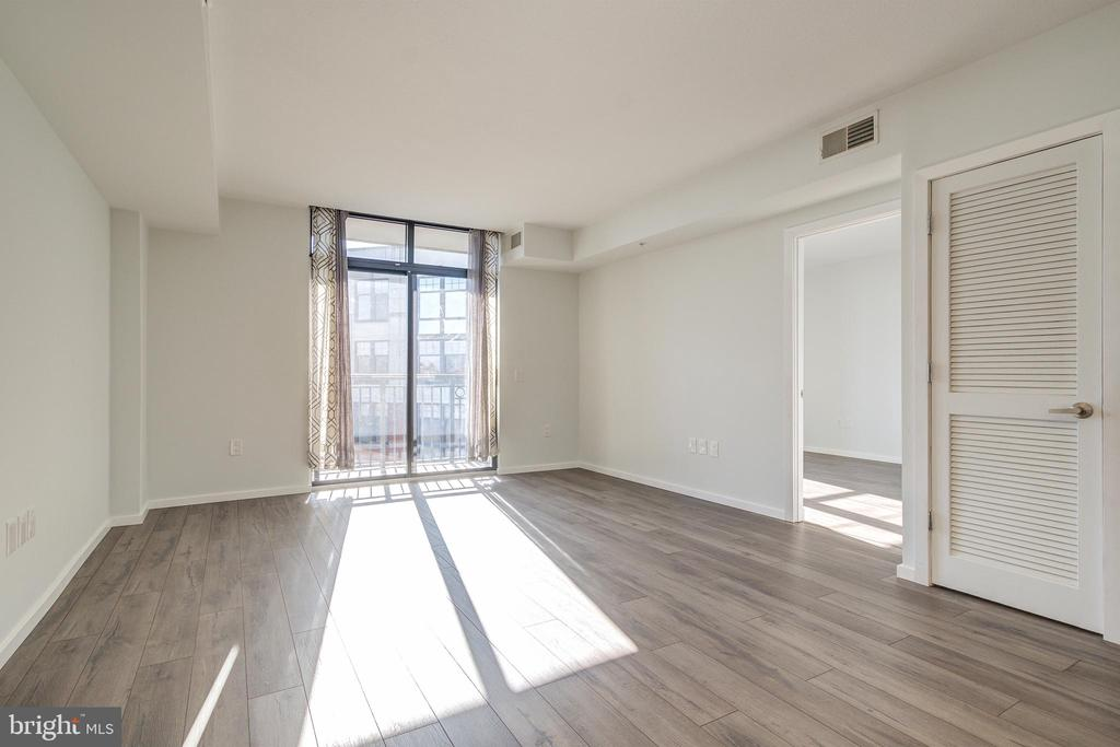 Living Area w/floorTOceilling sliding glass doors - 1021 N GARFIELD ST #828, ARLINGTON