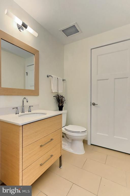 Powder room - 1700 CLARENDON BLVD #158, ARLINGTON