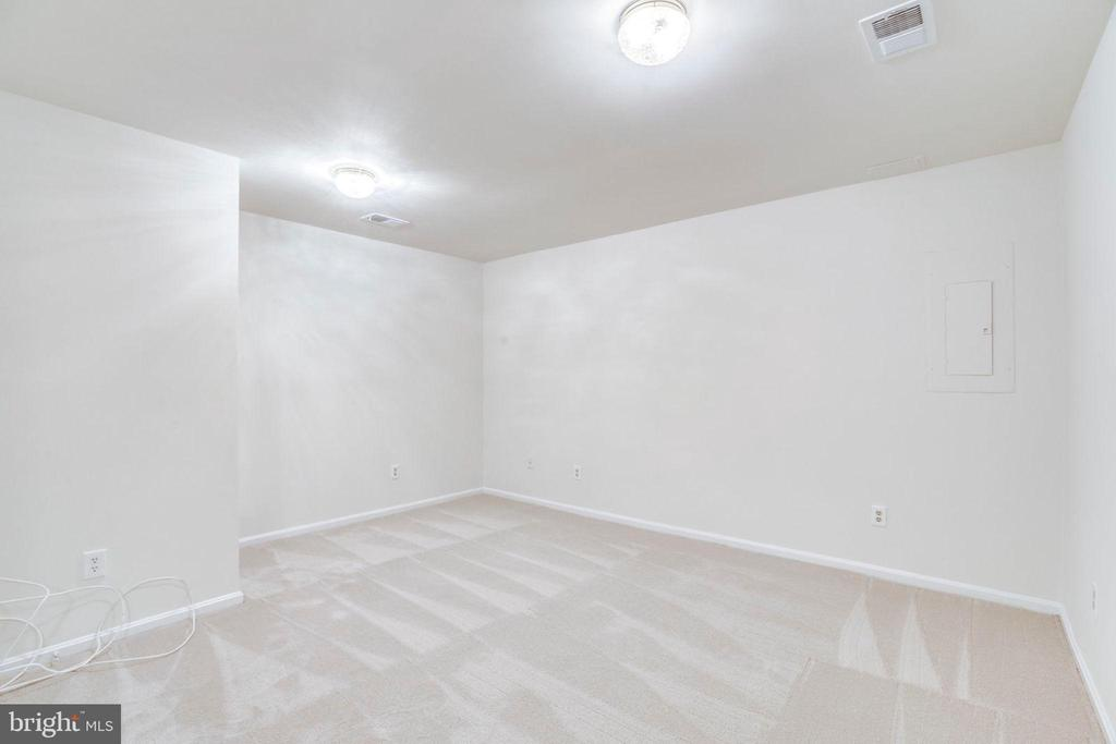 Downstairs Rec Room - Connect to Full Bath - 1185 N VERNON ST, ARLINGTON